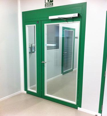 Puerta enrasada de vidrio para salas blancas y - Puertas blancas exterior ...